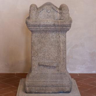 Altare in granito di età adrianea